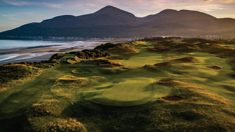 險象環生 Royal County Down par-4第2洞球道像沙漏般緊縮。